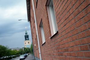 En 26-årig man berättade för polisen att han hållits kvar i en lägenhet på den här adressen på Brynäs av tre män som misshandlade honom på olika sätt.