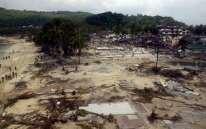 SVEPTE ÖVER. Den lilla turisttäta ön Phi Phi Don i Thailand blev bokstavligen översköljd av tsunamivågorna. Hela byggnader och tusentals människor sveptes med när havet dånade in över ön. Vittnen har berättat om hur döda människor låg och flöt bland bråtet i strandka