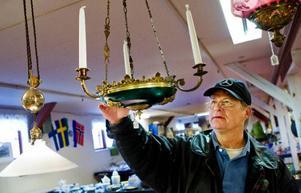 Tony Turesson från Östersund tittar intresserat på en lampa, men någon affär blev det inte.