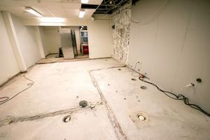 Kaféets köksdel. Vid röret i väggen till höger i bild läckte det vatten i flera år. Nu har entreprenören brutit upp golvet och det ska läggas ny klinker.