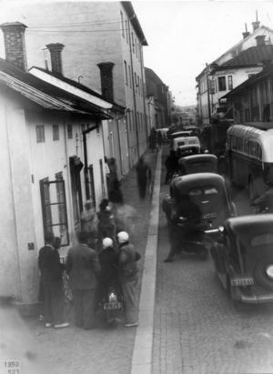 1950 var tillströmningen av TT-publik så stor att delar av centrala Hedemora korkades igen. Här trafikstockning på Gussarvsgatan med Teaterladan i bakgrunden t v.