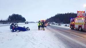 På E18 utanför Köping voltade en 22-årig kvinna med sin bil.