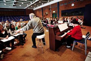 """Dirigenten Orwar Eriksson är inlånad från Orkesterföreningen och dompterar eleverna med varlig hand genom både rock och barock. Allt från """"Halleluja"""" till """"We will rock you"""".Dirigenten Orwar Eriksson och eleverna ackompanjerade av Jelena Zlatarov-Marcedic."""