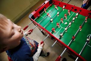 """Hugo spelar fotbollsspel med ÖP:s reporter ett tag. """"Nu vill jag göra något annat"""", säger han sen."""