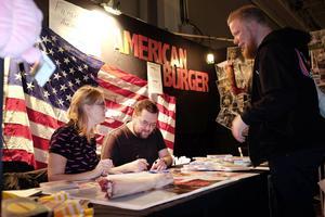 """Gänget bakom bio- och dvd-aktuella skräckkomedin """"American burger"""" fanns på plats på Comic Con Gamex för såväl filmvisning, signering och frågestund. Filmen spelades in i trakterna kring Östersund för cirka två år sedan. Här syns filmens regissörer Bonita Drake och Johan Bromander signera en dvd åt ett ivrigt fan."""