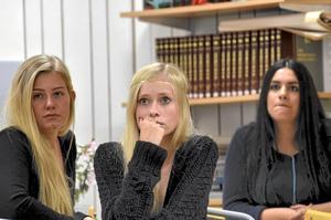 Lyssnar.  Linn Andersson, Frida Lindqvist och Robar Eliassi.