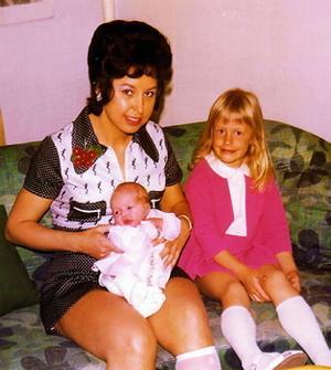 1972 på Aludden med sina döttrar. Pia född 1967 och Jessica 1972.