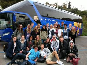 25 av eleverna poserar utanför FC Barcelonas spelarbuss. Fyra satt kvar inne i bussen vid Leo Messis plats.