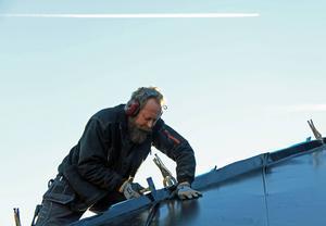 Ett jetflygplan passerar över plåtslagaren Lars Gustavsson.