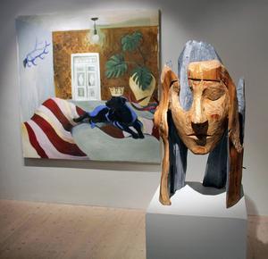 Doften av varma tassar, heter Torun Eliassons målning, och Inga Hjohlmans skulptur Det blå, är skulpterad i lärkträ.