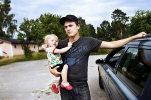 Lars Pettersson, här med tvååriga dottern Siri, är besviken på hur Hudiksvallsbostäder och Hudiksvalls kommun kört över honom. Familjens drömmar om en villa i Näsviken har raserats.