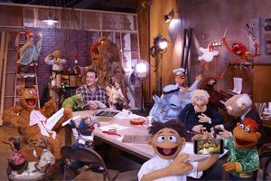 Huvudrollsinnehavaren Jason Segel omgiven av de gamla kära mupparna.