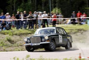 En del tog det lugnt i sina gamla bilar. Andra gjorde det inte. Tom Damberg från Vaxholms MK i en Volvo 164 var en av de som laddade mest inne på Hamrebanan vid Midnattssolsrallyt 2012.