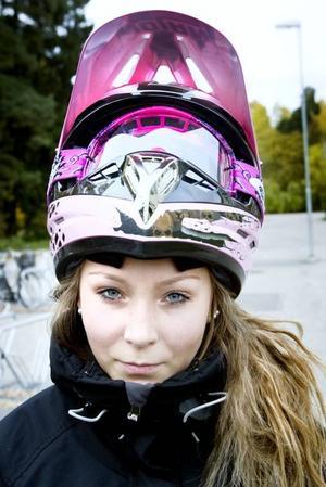 Lotta Ljung i rosa, snygg hjälm har kört moped sedan i våras.