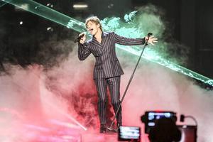 Andreas Johnson show kombinerar rök och ljus på ett snyggt sätt. Ballad. Mycket power. Living To Die heter låten.