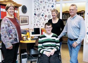 Maude Nyberg Jonsson, Tomas Larsson, Elisabeth Åström och Hans-Erik Westberg (Tomas assistent) samsas i Historiekällarn´s lokaler i Edsbyns bibliotek. På bilden saknas Ulla Nordén och Elfi Hansson.