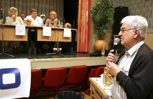 Åhöraren Nils Sedig ville veta hur partierna tänkt sig förbättra kvaliteten på maten i äldreomsorgen, samt om de tyckte det var bra att pensionerna sänks på grund av bromsen i pensionssystemet.BILD: JESSICA UHLIN