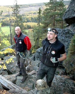 """OVAN MARKEN. Väl ute ur grottsystemet bjuder Midskogsberget på en vidunderlig utsikt. Krister Selander och  Anders Pettersson från Expedition Altitud diskuterar bergets dragningskraft: """"Det är en bra magnet för Sundsvallsområdet att vi har länets längsta grotta"""", säger Krister."""