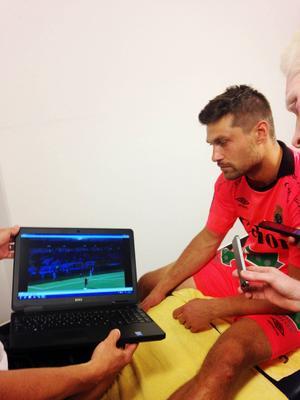 GIF-målvakten kollar repris efter repris på situationen som gav Häcken straff och 1–1. Han, liksom alla andra, konstaterade att Paulinho föll väldigt enkelt.