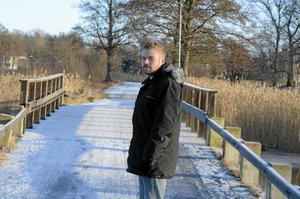 Förhoppningsfull. Den låga bron begränsar båttrafiken i Väringen. Nu hoppas båtklubbens ordförande Lars Karlsson att problemet snart ska vara åtgärdat. Ett första steg är taget.BILD: INGVAR SVENSSON