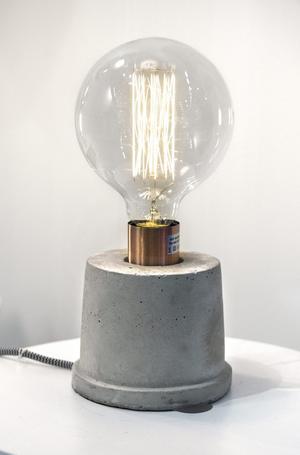 Industrialism. Belysning med nakna glödlampor och tunga lampfötter i betong kommer starkt i höst. Lampa från Lyktan Bankeryds Belysning.