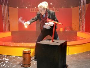 En bomb. Fabiénne, spelad av Klara Klingvall, ville sätta stopp för cirkusen genom att spränga den i luften.