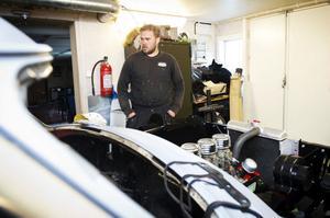Patrik Nordlund i Örnsköldsvik är en av många bilentusiaster i Örnsköldsvik som kommer drabbas av det nya skrotbilsförslaget.