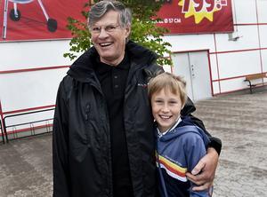 """BÄSTISAR. Mikael Svanbäck hänger gärna med morfar Bernt Svanbäck på sommarlovet. """"När mamma och pappa jobbar kan jag vara med morfar. Vi brukar fiska och göra en massa grejer."""""""