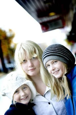 """SPARAR EN DEL AV VECKOPENGEN. Systrarna Hinders, Klara, snart åtta år, Elsa, tolv år och Alice, nio år försöker spara lite av veckopengen.  """"Jag köper godis och småsaker för min veckopeng men sedan sparar jag till leksaker också"""", säger Klara."""