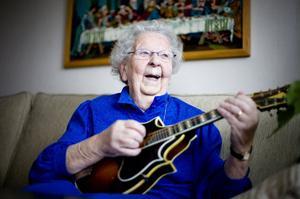 Inga Andersson tar gärna fram mandolinen och spelar några visor för sina gäster. 85-årsdagen firas med kafferep söndag 30 november.