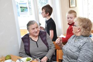 TIPSPROMENAD. Waltrud Martinelle och Ulla Jansson hjälper gärna Jonathan Dahlström och Felix hallgren med tipspromenaden.