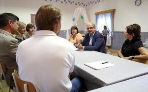 Skolnämndens vice ordförande Anders Samuelsson, M, var inbjuden, men han kunde inte lämna några besked eller svara på frågorna. FOTO: JOHNNY FREDBORG