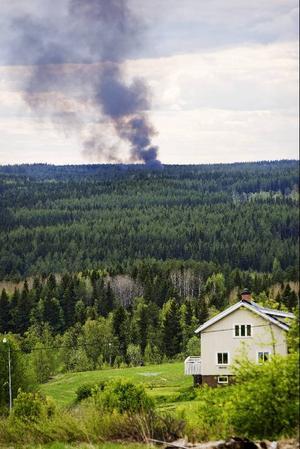 Det stora rökmolnet syntes enda från Ope och E14. Här ser vi branden från Lockne.