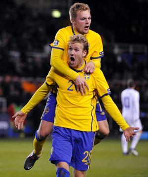 Ola Toivonen jublar och Sebastian Larsson gratulerar.