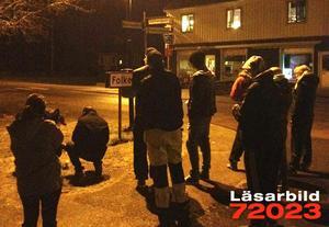 I Söderbärke tände vännerna ljus för de omkomna männen sent på torsdagskvällen.
