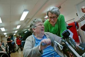 GLÄDJE. Britt Eriksson skrattar gott tillsammans med väninnan Birgitta Carlsson. De tror den nya rehababdelningen kommer bli välbesökt.