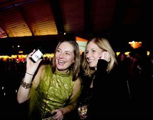FOLKHAV. Camilla Männikkö och Sofia Olsson från vuxenpsykiatrin tvingades använda mobiltelefonerna för att hitta kollegorna bland allt folk. 2 500 personer deltog  i landstingets tredje och sista festkväll.