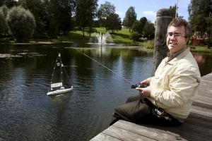 Seglar från bryggan. NA stannade till för att föreviga då Per Jakobsson premiärkörde sin radiobåt vid Kumlasjön.