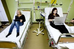 Felicia Bärgh och mamma Susanne Eriksson är vana. Datorerna ska med för att fördriva tiden.