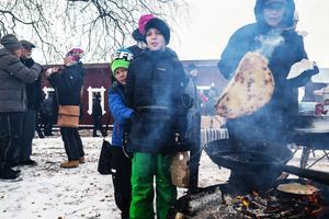 Åttaårige Evon Lyckerev och hans tioårige storebror Jacob Lyckerev var två av många besökare som köade för kolbullar.