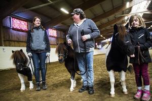 Ann Karlmats, Helena Söderholm Nilsson och Bianca Karlmats med hästarna Hasselbos Lamaya, Hot Spot af Jäboruder och Fanny af Jäboruder.