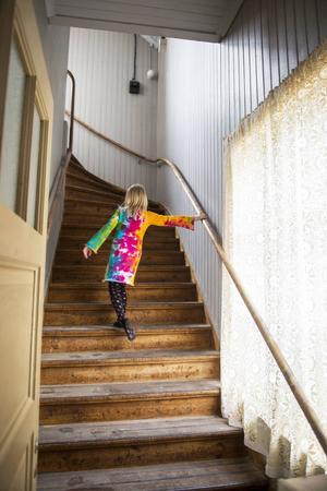 Meja, 6, springer uppför den gamla trappan, som är i originalskick.
