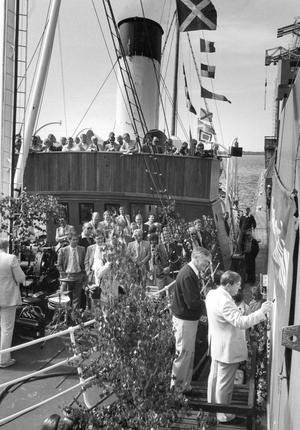 1985. Nu har kommunikationsministern Curt Boström ett litet kranbarn i Västerås. Hamndirektören Stig Råberg och speciellt inbjudna gäster bevittnade kranen Curts dop.