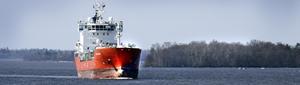 Det svallar runt Coral Ivory. Ammoniakbåten som anlöper Köpings hamn ungefär var tionde dag kan riva upp sjö i tränga passager. Här är den utan last på väg ut i Mälaren.