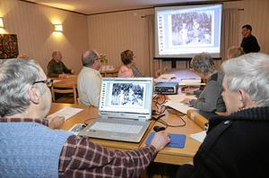Studiegrupp. Varannan vecka träffas studiecirkeln i Hjortkvarn för att dokumentera fakta om gårdar och torp i Boo, och förstås vilka som bott där.Foto: Veronica Svensson