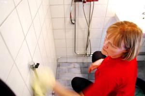 Kranar och badrumskakel blir hotellblänkande om de torkas med en torrtrasa efter rengöringen.