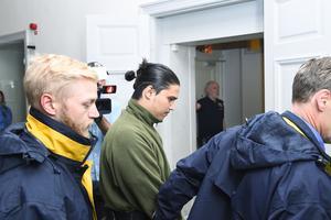 Mohammad Rajabi leds in i Svea hovrätt för förhandlingar under tisdagen då han har överklagat tingsrättens dom.