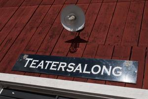 Från början spelades teatern på en scen ute på bryggan i Mellanfjärden, innan nuvarande teatersalong fanns.