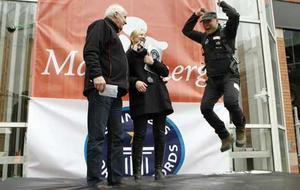 Till vänster äventyraren Tony Berglunds handskar. Till höger publiken nedanför Skrapan.