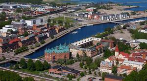 Så här såg en översiktsbild över nedre Brynäs och Alderholmen/Gävle Strand ut för fyra år sedan. Sedan dess har det byggts en hel del på Gävle Strand. Kvarteret Skeppsbyggaren  är den tomma ytan på Brynässidan.